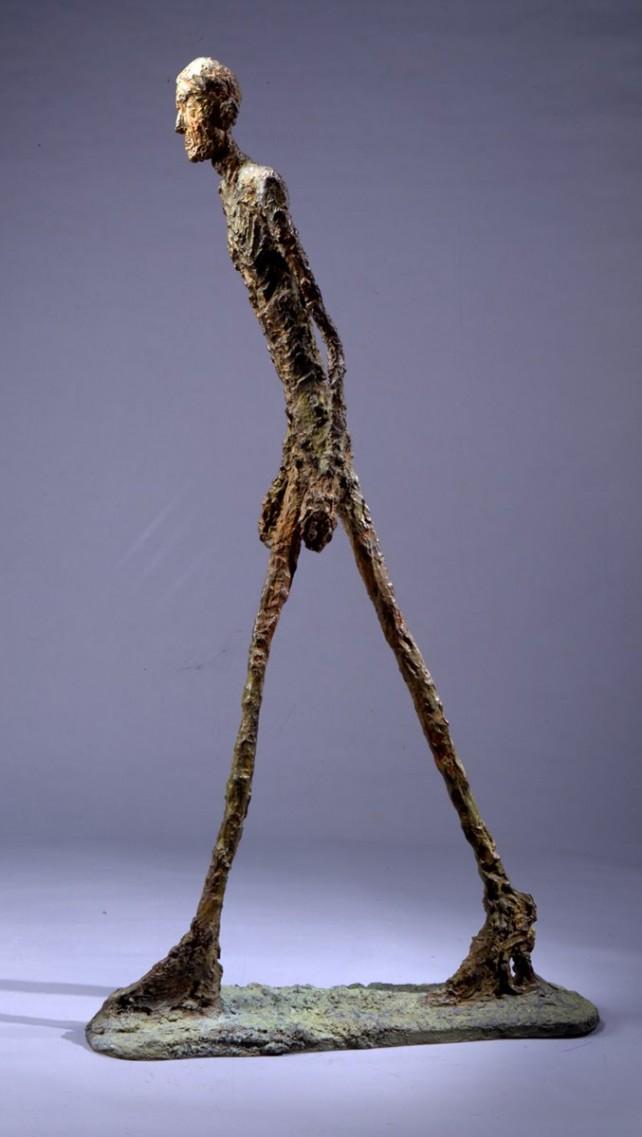 Socha Alberta Giacomettiho L'Homme qui marche