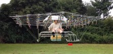Muž si z hromady dronů postavil vlastní helikoptéru